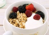 Frutas del bosque, avena y yogurt