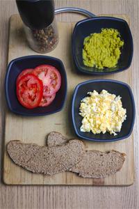 Tostada saludable de huevo revuelto ingredientes