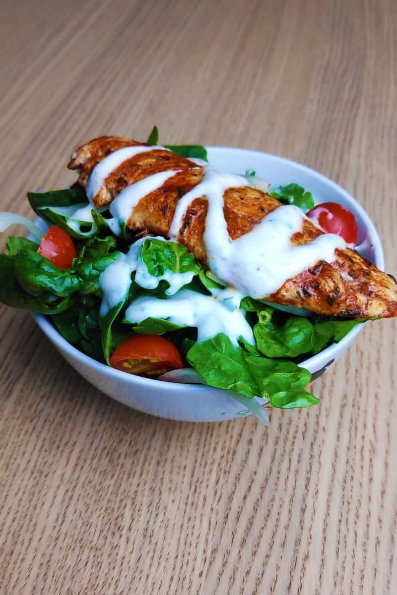 Ensalada de espinacas con pollo y salsa de yogurt