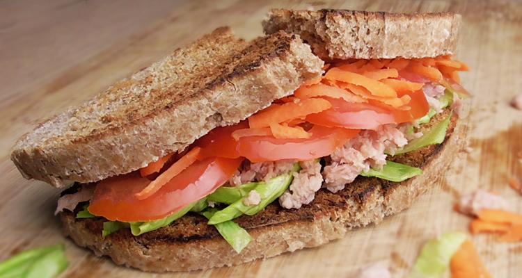 Tostadas saludables de atún y zanahoria.