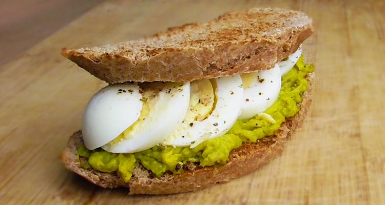 Tostadas saludables de huevo y aguacate.